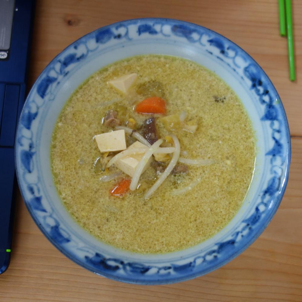 Suppenschüssel mit Sojasprossen und Tofu
